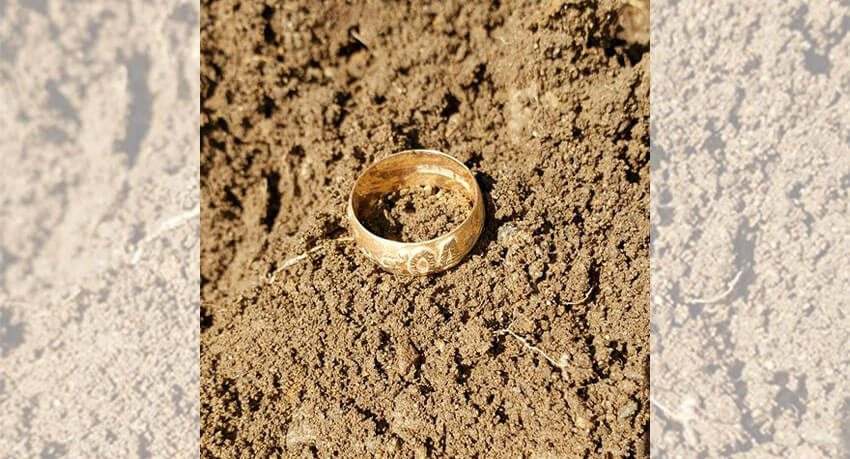 Premier anneau en or trouvé à environ 9 pouces